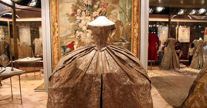 Catherine the Great's wedding dress, one of the many treasures found in the Kremlin's Armoury | © Ramon / WikiCommons