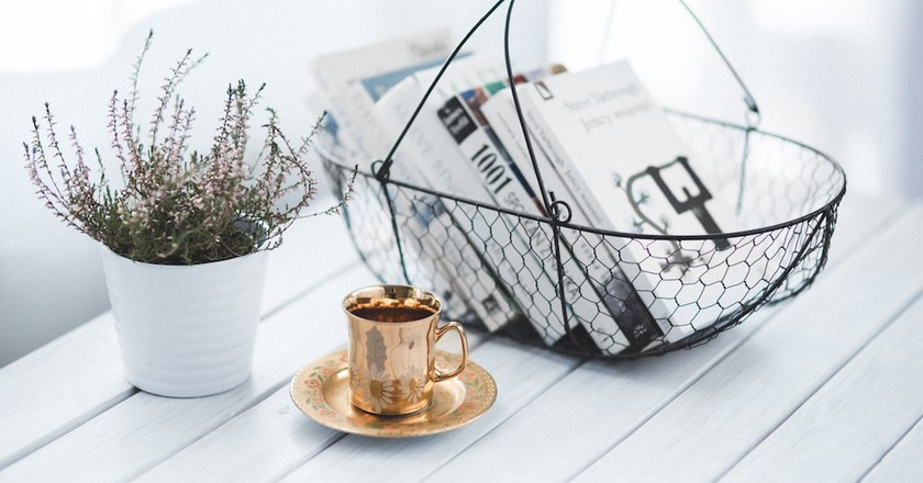 Golden cup and basket with books | © Kaboompics // Karolina / Pexels