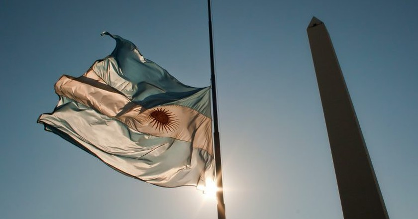 The Obeslico and the Argentine flag, Buenos Aires  © Hernán Piñera/Flickr