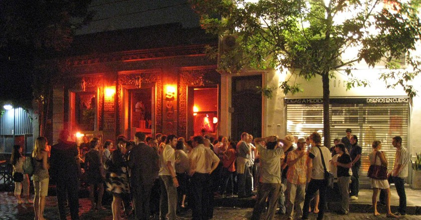 A crowd outside a Buenos Aires bar| © Beatrice Murch/Flickr