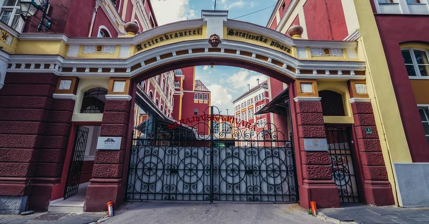 Main gate of Bosnian brewing company | © Fotokon/Shutterstock