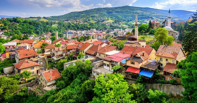 Red tile roofs and old mosques in historical town Travnik | © Boris Stroujko/Shutterstock