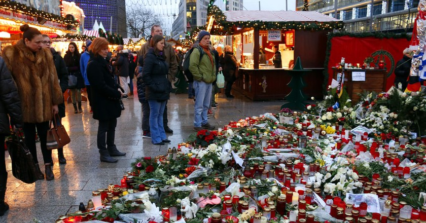 Onlookers reflect in front of the memorial for the 2016 Christmas market attack | © 360b / Shutterstock.com