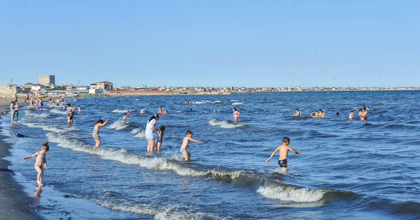 People enjoying the beach in Baku | © APAHolding.az/Shutterstock