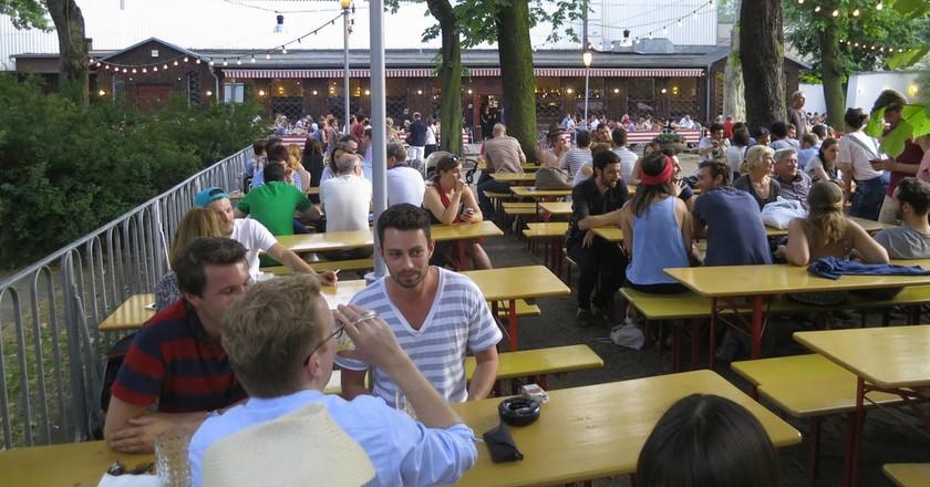Enjoy a beer in Berlin | © Alper Çuğun / Flickr