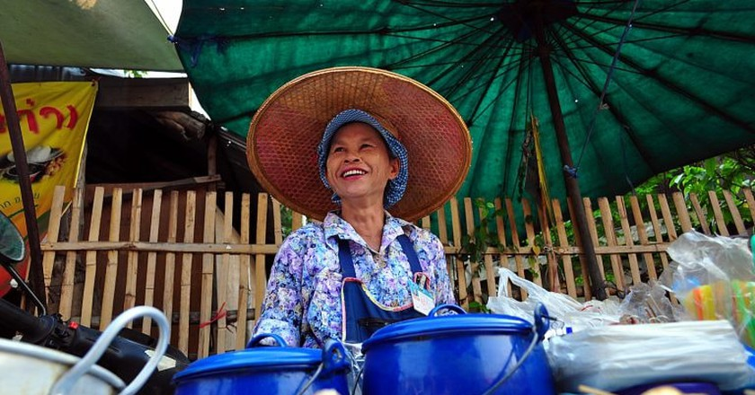 A woman sells snacks in Pai, Thailand | © Davidlohr Bueso/Flickr