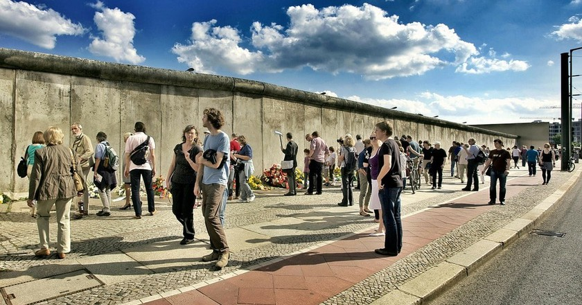 Tourists at the Berlin Wall | © LoboStudioHamburg/Pixabay