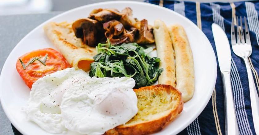 Have a delicious breakfast in Brasov's best restaurants   © Carissa Gan / Unsplash