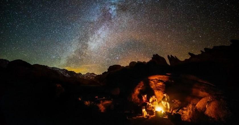 Campfire stories   ©  Robson Hatsukami Morgan / Unsplash