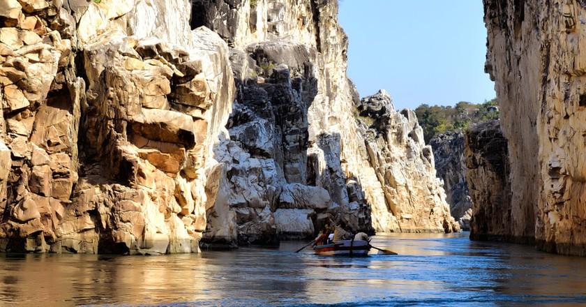 Marble rocks alongside River Narmada at Bhedaghat, Jabalpur | © Karan Dhawan India/Wiki Commons