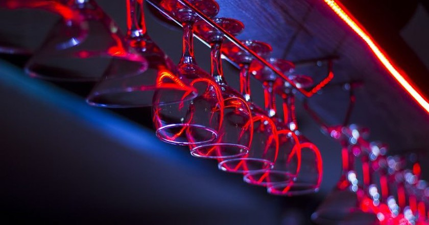 Glasses hanging from the bar | © pasevichbogdan / Flickr