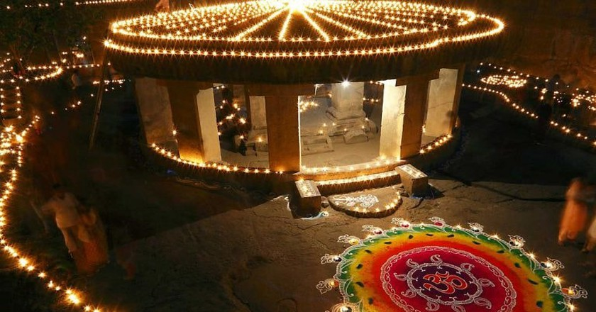 Diwali decorations at Pataleshwar Cave Temple, Pune | © Ramnath Bhat / WikiCommons