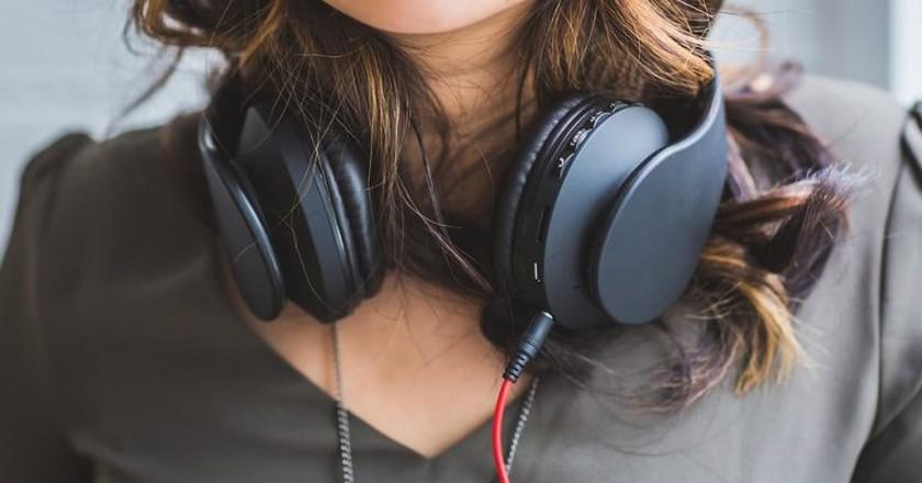https://pixabay.com/en/people-woman-headphones-music-2572972/