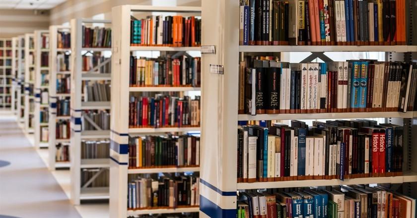 Bookshelves inside the Anna Centenary Library in Chennai, India | © Pixabay/Pexels