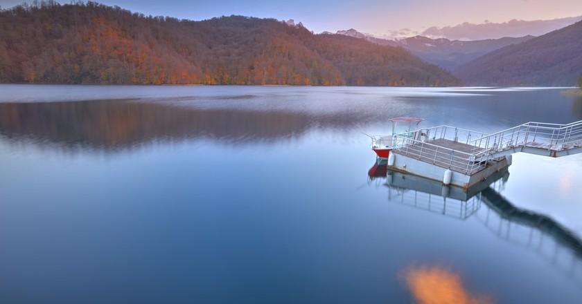 View of the mountain lake of Goygol   © Lyokin/Shutterstock