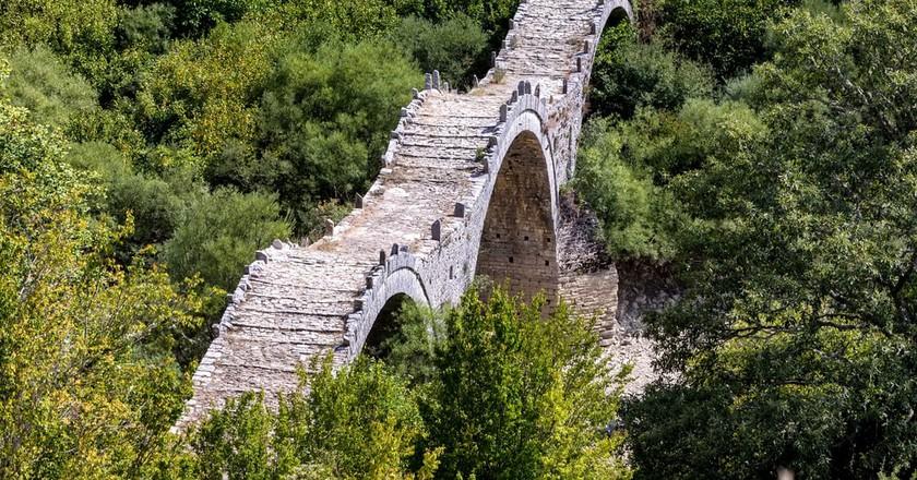 Old bridge of Plakida or Kalogeriko, on Vikos canyon, Zagorochoria, Greece  | © Ververidis Vasilis/Shutterstock