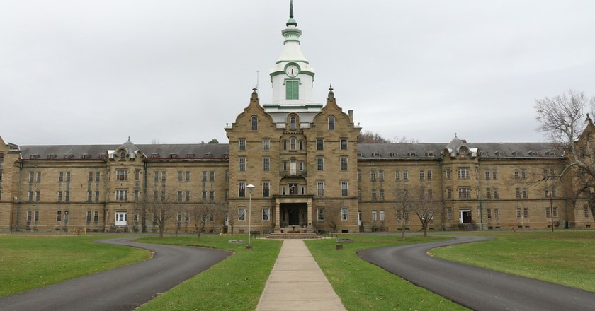 The exterior of Trans Allegheny Lunatic Asylum. | © Lwp Kommunikáció / Flickr