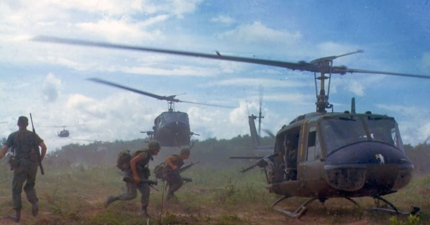 American Huey helicopters evacuating troops | © James K. F. Dung/WikiCommons