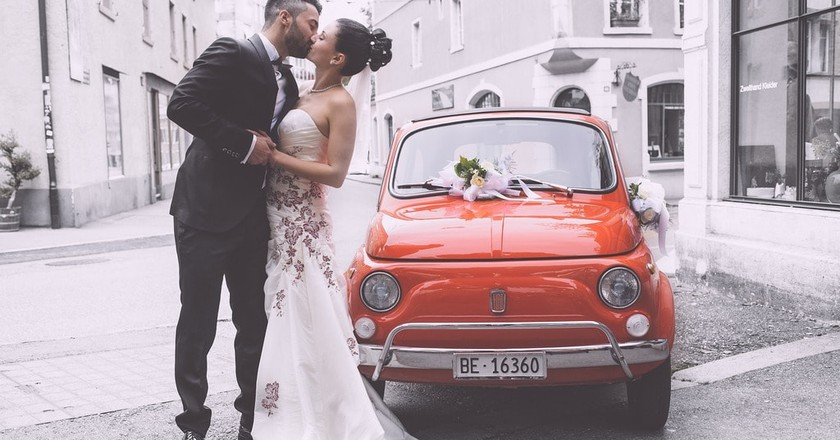 A bride, groom...and Fiat 500 | © mbolli/Pixabay