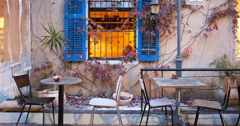 A coffee shop in the German Colony, Haifa | © Israel_photo_gallery / Flickr https://www.flickr.com/photos/israelphotogallery/14031901365/