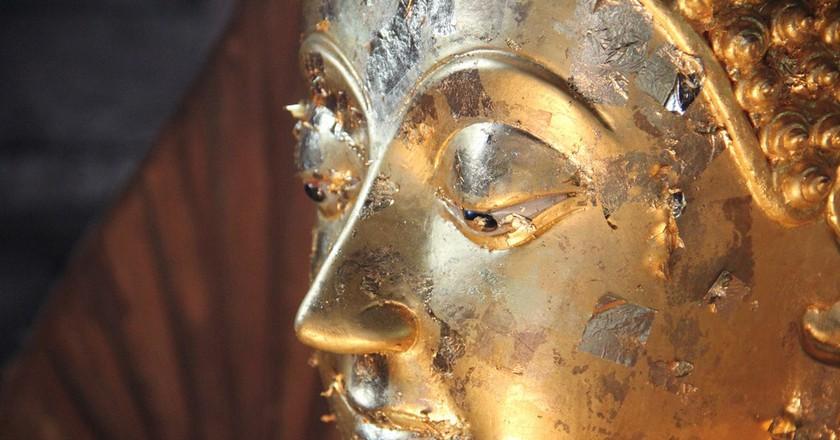 Close-up shot of a Buddha statue in Thailand | © Seba Della y Sole Bossio / Flickr