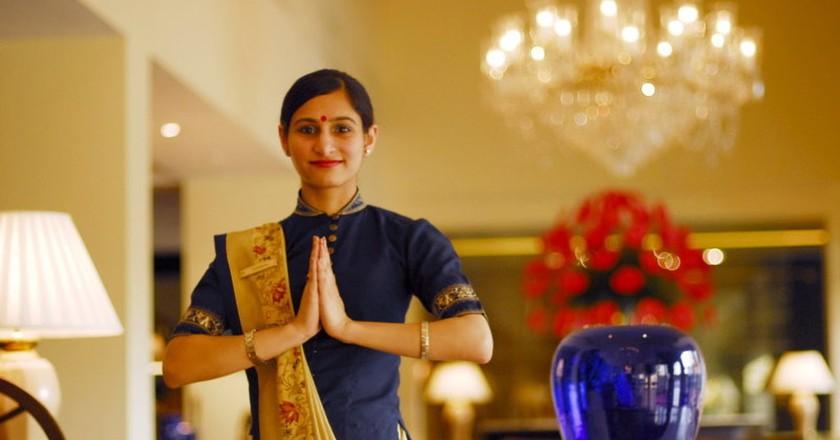 An employee at Oberoi Hotel, New Delhi doing 'Namaste'   © Saptarshi Biswas/Wiki Commons