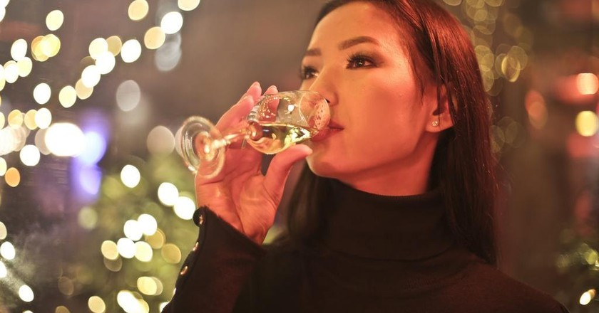 Woman drinking wine | © Bruce Mars/Pexels