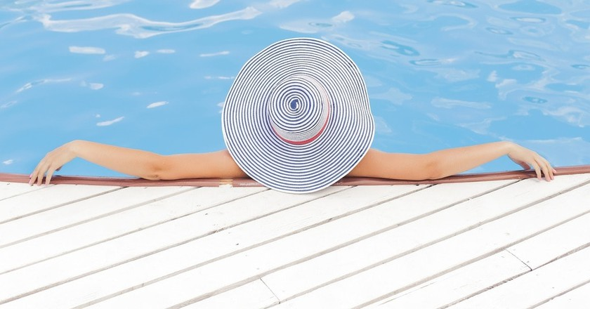 Relaxing poolside   Public Domain \ Pixabay