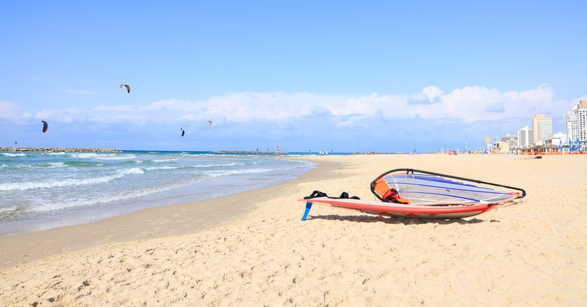 Kitesurfing on Tel Aviv's beach, Israel | © Protasov AN / Shutterstock