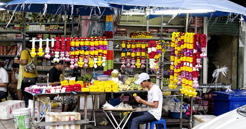 A local making flower garlands in Bangkok | © Dan Lundberg / Flickr