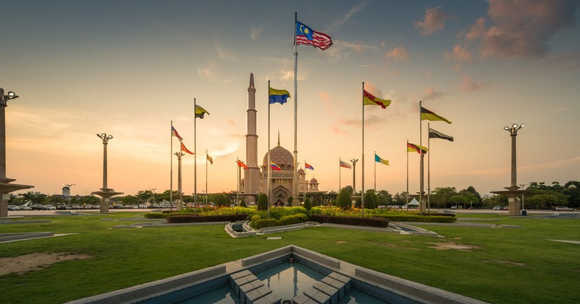 Flag of Malaysia and the other states in front of Putra Mosque | © GoBOb / Shutterstock