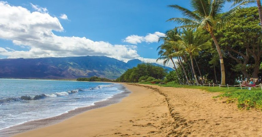 Shadows disappear during Lahaina Noon in Hawaii