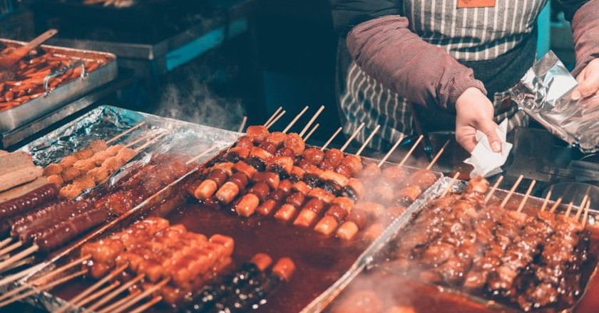 Explore Seoul's street food scene at the city's markets and food alleys. | © Ian Valerio / Unsplash