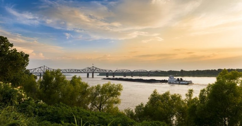A pusher boat in the Mississippi River near the Vicksburg Bridge in Vicksburg, Mississippi | © Peek Creative Collective / Shutterstock