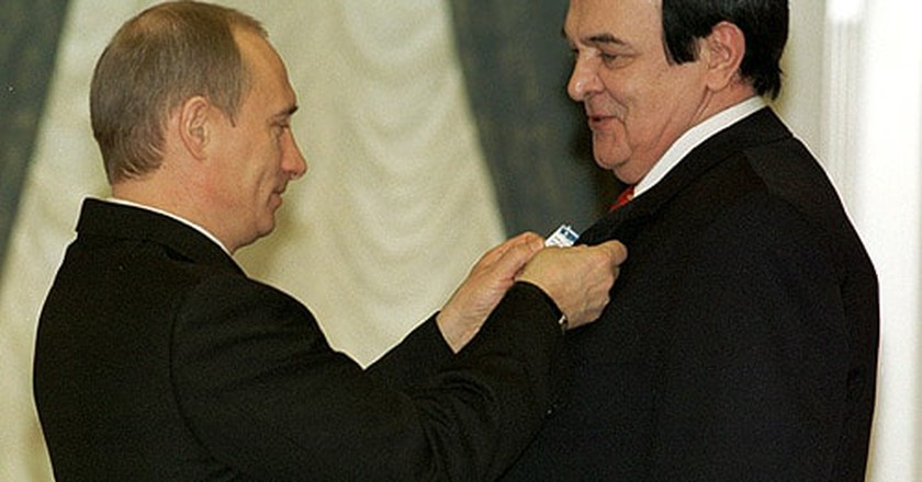 Magomayev receiving an award from President Putin | © Wikimedia Commons