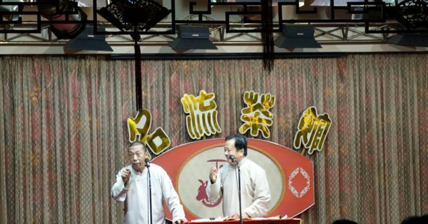 A cross talk performance in Tianjin's Mingliu Teahouse   © Amazingloong / WikiCommons
