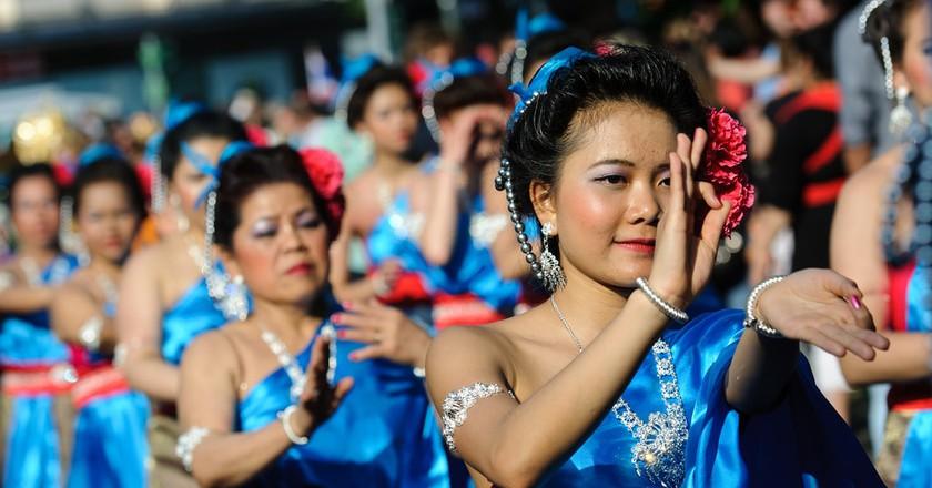 Group of Thai dancers in the street   © abbilder / Flickr
