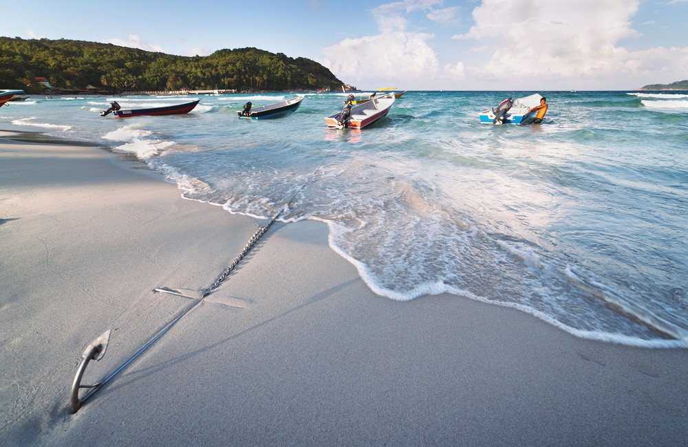 Boats anchored on the beach in the Perhentian islands | © Dzerkach Viktar/Shutterstock