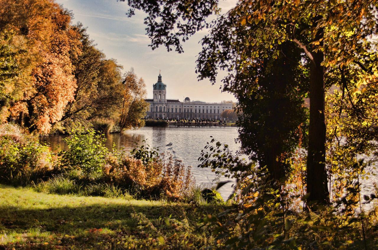 castle-charlottenburg-1053053_1280