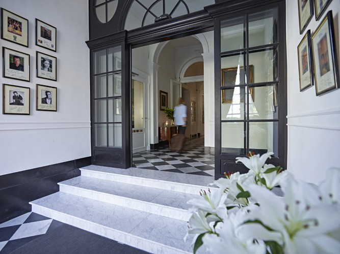 The faces of renowned guests decorate the welcome hall of Hotel de Tuilerieën