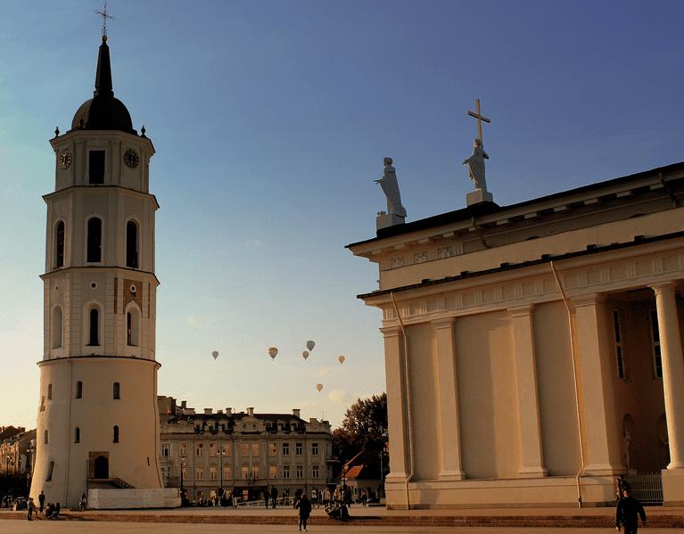 Balloons over Vilnius ©calflier001/Wikimedia Commons