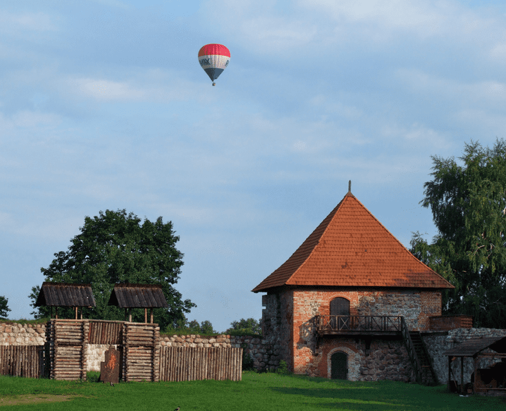 Hot air balloon over Trakai, LT©Pudelek (Marcin Szala)/Wikimedia Commons