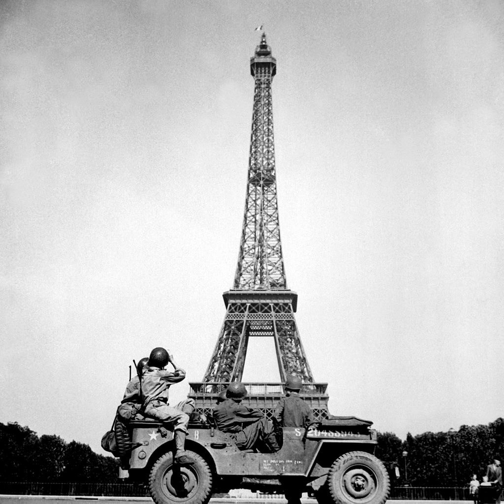 Soldiers_of_the_4th_U.S._Infantry_Division_look_at_the_Eiffel_Tower_in_Paris,_after_the_French_capital_had_been_liberated_on_August_25,_1944_HD-SN-99-02717