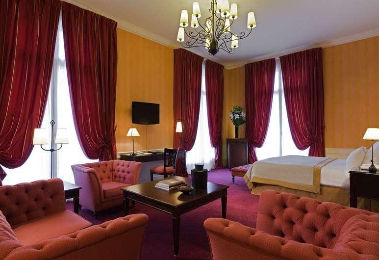 The guest rooms at Hotel du Louvre feature elegant decor