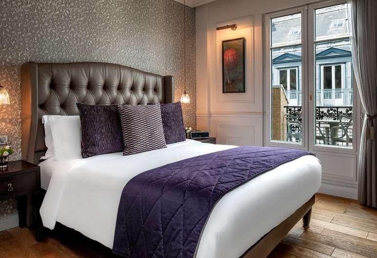 Plush furnishings adorn the guest rooms at La Clef Louvre Paris