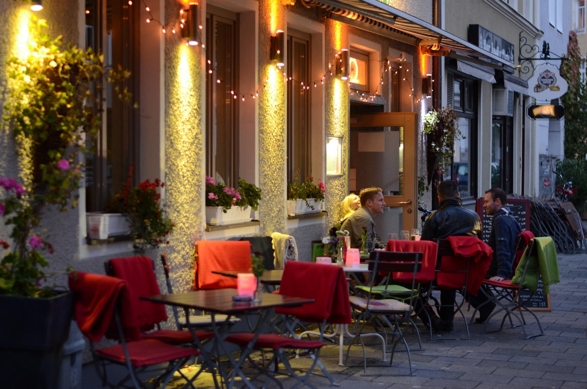 Cafe at sunset | © jonas01123/Flickr