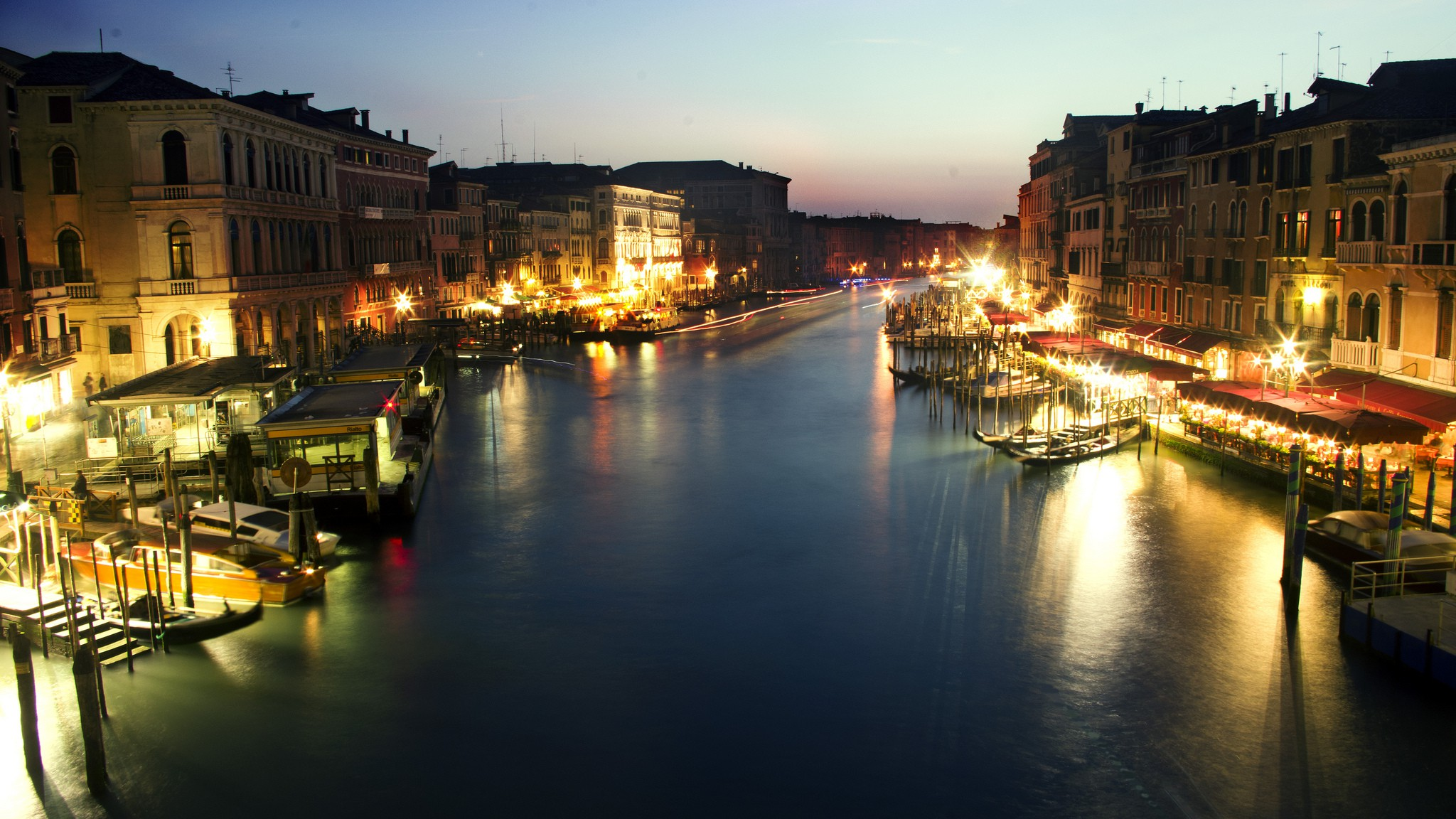 Grand canal at night © Kosala Bandara