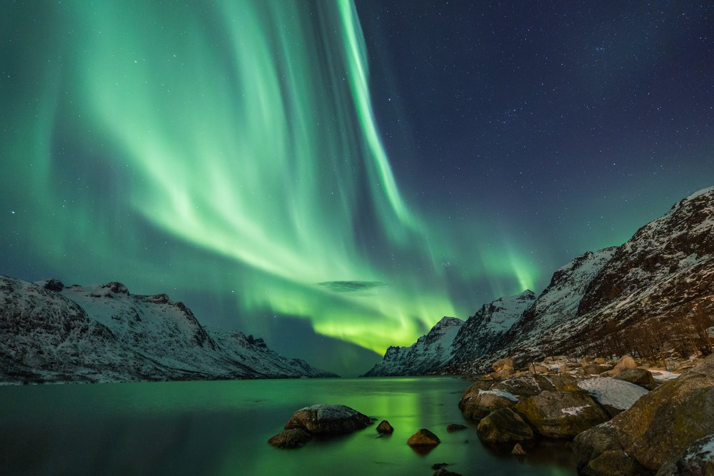 Northern Lights above waters edge | © Jamen Percy/Shutterstock