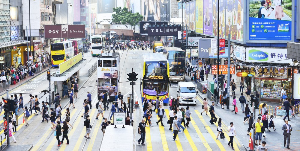 People walking across Hennessy Road, Causeway Bay │© i viewfinder/Shutterstock