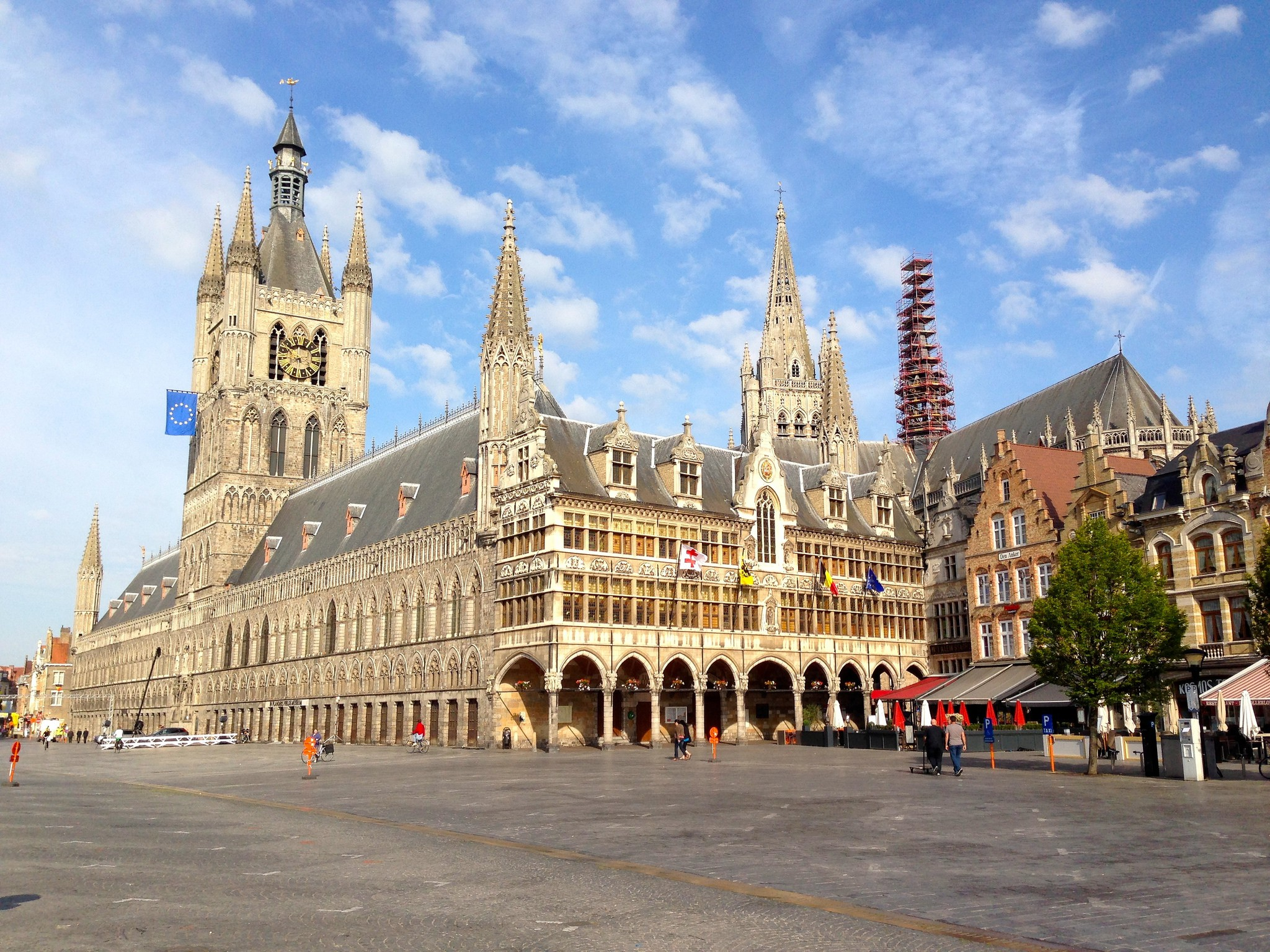 Ypres' main square with its imposing Cloth Hall   © Andrew Nash/Flickr